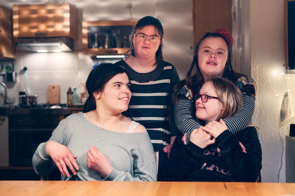 Vier Bewohnerinnen ziehen in die inklusive WG in Bremen ein: Mathilda, Sarah-Lea, Neele und Rahel. Foto: © Daniela Buchholz